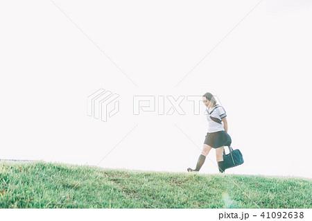 河川敷を歩く女子高生 41092638