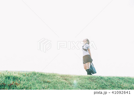 河川敷を歩く女子高生 41092641