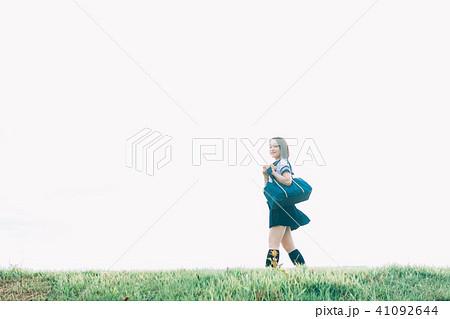 河川敷を歩く女子高生 41092644