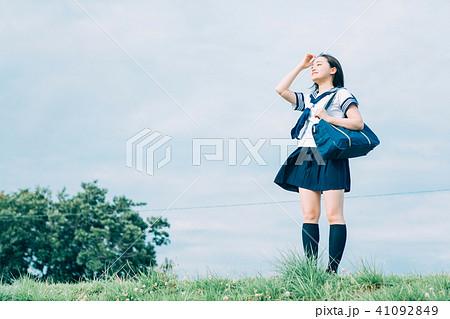 遠くを眺める女子高生 41092849
