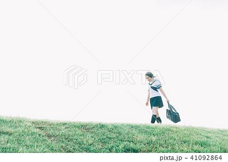 河川敷を歩く女子高生 41092864