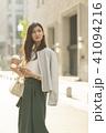 ビジネスウーマン スマートフォン コーヒーの写真 41094216