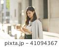 ビジネスウーマン スマートフォン コーヒーの写真 41094367