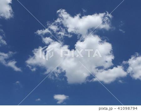 夏の青空に白い雲 41098794