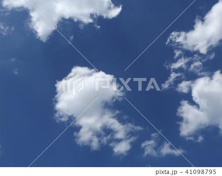 夏の青空に白い雲 41098795