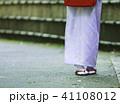 着物で歩く女性 41108012