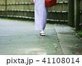 着物で歩く女性 41108014
