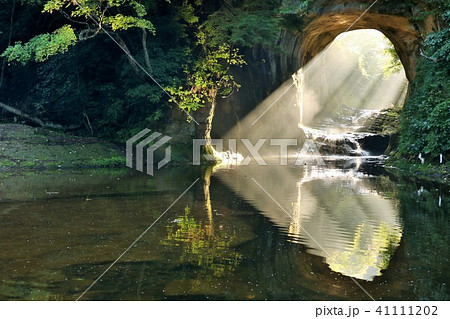 千葉県 亀岩の洞窟からの光のハート 41111202