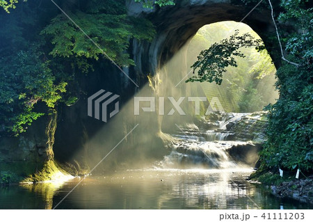 千葉県 亀岩の洞窟 朝の光 41111203