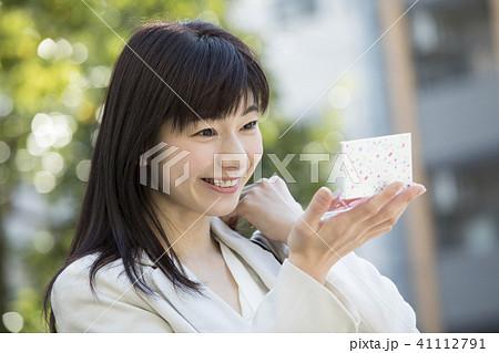 屋外で鏡でチェックする女性 41112791