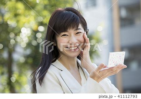 屋外で鏡でチェックする女性 41112793