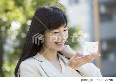 屋外で鏡でチェックする女性 41112796
