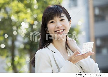 屋外で鏡でチェックする女性 41112797