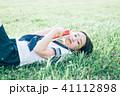 高校生 読書 寝転がるの写真 41112898