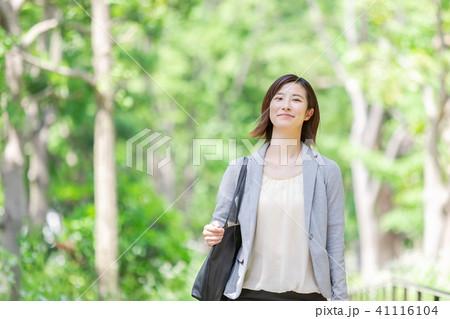 スーツの女性 オフィスレディ 新緑 OL ビジネス スーツ ポートレート リクルート 41116104