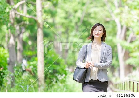 スーツの女性 オフィスレディ 新緑 OL ビジネス スーツ ポートレート リクルート 41116106
