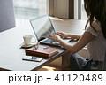 女性 人物 ノートパソコンの写真 41120489
