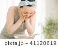 顔をすすぐ若い日本人女性 洗顔 41120619