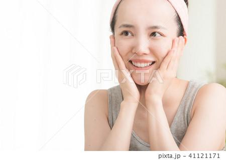 化粧水をつける若い日本人女性 ビューティー 41121171