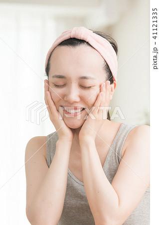 洗い上がりを実感する若い女性 ビューティー 41121335