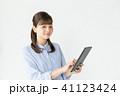 タブレット ビジネスウーマン 白バックの写真 41123424