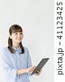 タブレット ビジネスウーマン 白バックの写真 41123425