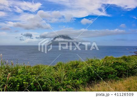 八丈島の海岸から見る八丈小島 41126509