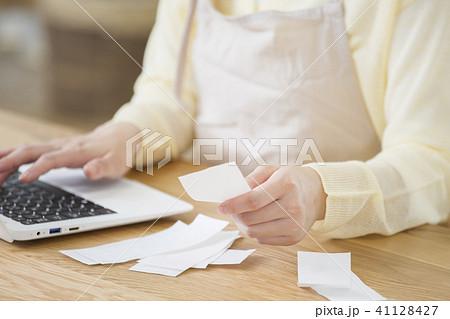 家計簿をつける若い主婦 ボディパーツ パーツカット 顔なし  41128427