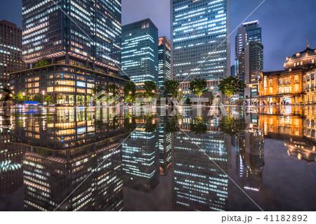 《東京都》雨降る丸の内・水鏡 41182892
