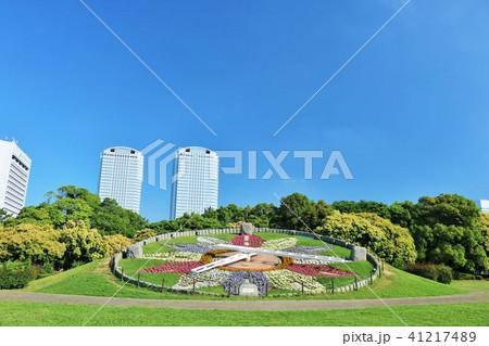 青空の公園と花時計 41217489