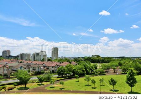 青空の新興住宅街と公園 41217502