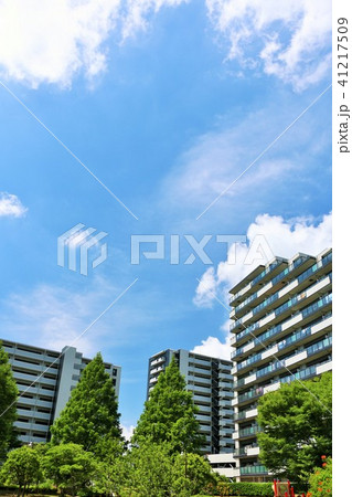 爽やかな青空とマンション街の風景 41217509