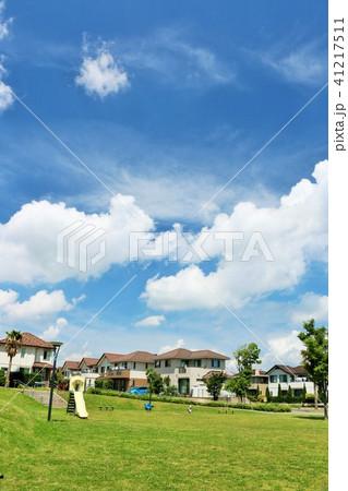 明るい街並みと公園の風景 41217511