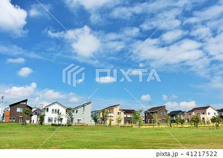 爽やかな夏の青空と街の公園 41217522