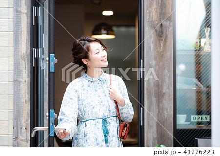 カフェ 女性 ライフスタイル 41226223