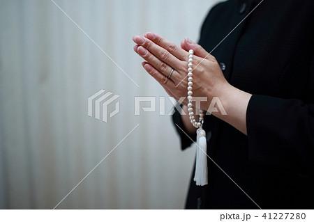葬儀 (ブラックフォーマル お通夜 告別式 スーツ コピースペース ボディパーツ 顔なし 数珠) 41227280