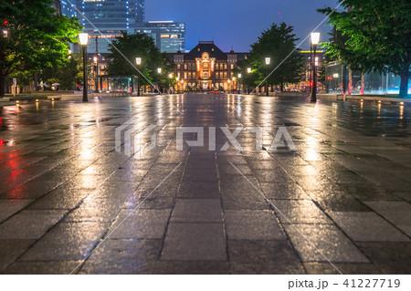 《東京都》雨天の東京駅 41227719