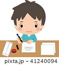 書類にペンで記入する若い男性 41240094