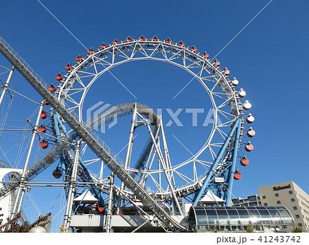 東京ドームシティアトラクションズのセンターレス観覧車をくぐり抜けるジェットコースター 41243742
