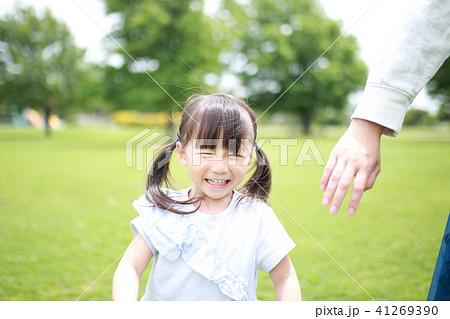親子 (人物 娘 子供 ママ 母親 顔なし ボディパーツ コピースペース 家族サービス 公園 休日) 41269390