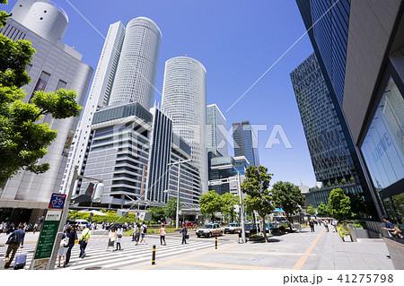 名古屋駅前の賑わい JRセントラルタワーズと大名古屋ビルヂング 41275798