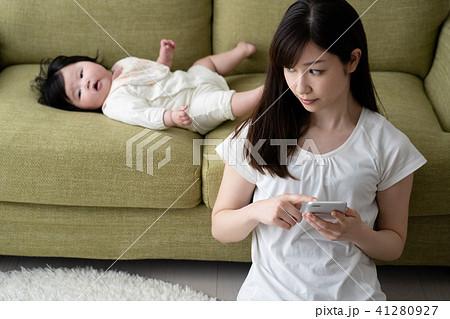 ネグレクト、育児放棄、虐待、疲れる、赤ちゃん、母親、親 41280927