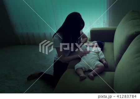 ネグレクト、育児放棄、虐待、疲れる、赤ちゃん、母親、親 41283784