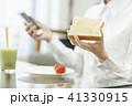 ビジネスウーマン 朝食 41330915