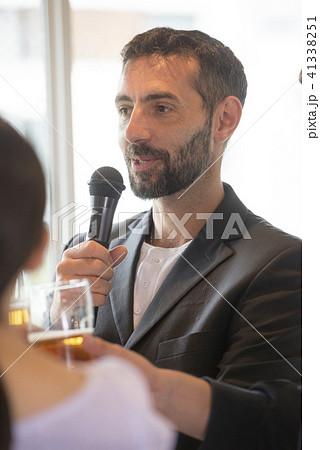 スピーチ ゲスト 挨拶 ビジネス ビール 懇親会 乾杯 ワイングラス 人物 交流会 セミナー  41338251