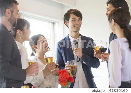スピーチ ゲスト 挨拶 ビジネス ビール 懇親会 乾杯 ワイングラス 人物 交流会 セミナー  41339160