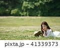 女性 草 野原の写真 41339373