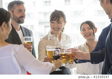 ビジネスマン 大人数 パーティー 大勢 ビジネス ビール 懇親会 ワイングラス 人物 スーツ 会社員 41350547