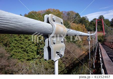 田舎の山、自然の中の吊り橋のワイヤー 41352407