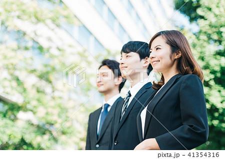 ビジネスシーン 男女 若い 41354316